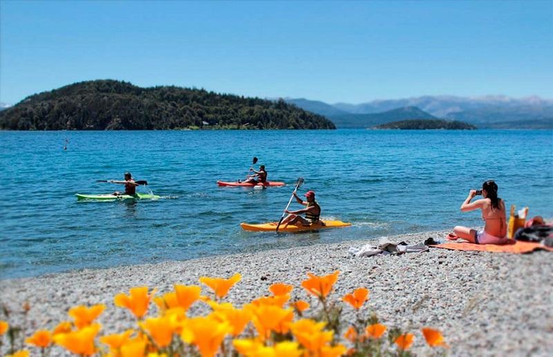 Turistas curtindo praia em verão argentino